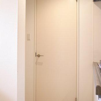 すぐそばのドアを開けると水回り。壁の陰に冷蔵庫を置けますよ。