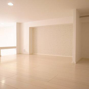 オープンクローゼットもついています。天井は、小柄な女性なら移動しやすい高さ。