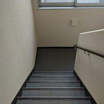 4階まで階段のみです。2人が通れる幅で屋内にあります。