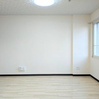 【リビング】約7帖の広さ。シンプルな家具で揃えるのもいいですね。
