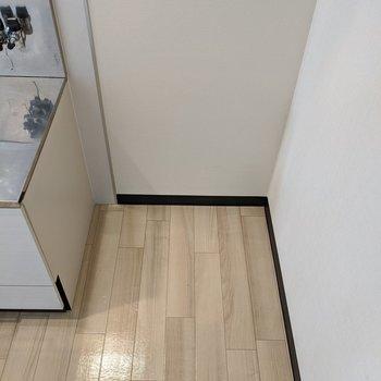 キッチンの隣に冷蔵庫置き場があります。