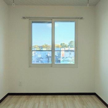 【洋室】窓は南東向き。日中は明るく過ごせます。