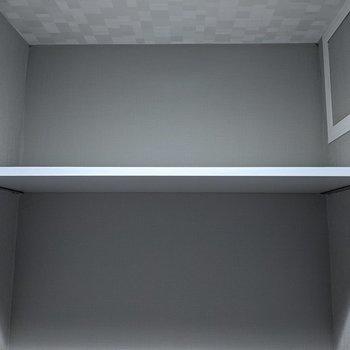 棚があるので予備のトイレットペーパー等を入れることができます。