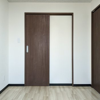 【洋室】奥の扉はウォークインクローゼットです。