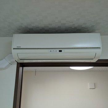 【リビング】エアコン付きなので暑い日も過ごしやすいですよ。