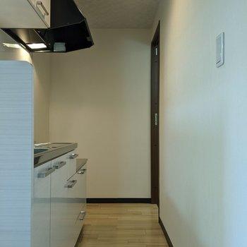 1人が通れる幅のキッチンです。奥から洗面所に入ることができます。