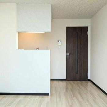 【リビング】キッチンは開放的な形をしています〜。