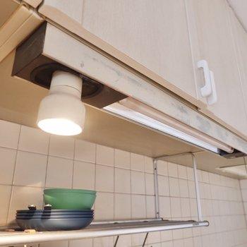 【DK】上部の棚には少しヴィンテージな、味のある照明が。