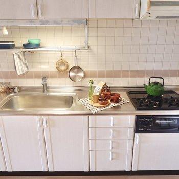 【DK】キッチンは3コンロにグリル付き!広々シンクが嬉しいですね。