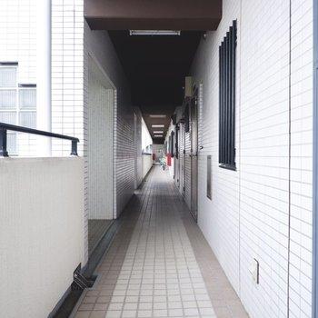 玄関前共用部。お部屋はエレベーターの目の前にあります。
