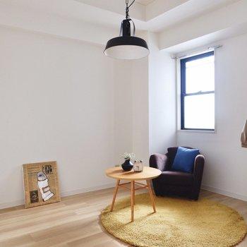 【納戸】腰窓があり、柔らかな光を取り入れる空間。