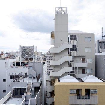 周囲の建物と距離があいており、空がよく見えますね。