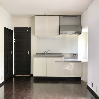 綺麗な白キッチンが映える!カウンターテーブルなど置いて、よりカフェ感出しても◎