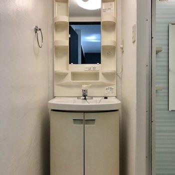 洗面台。コンパクト空間ですが脱衣所としても使えます!