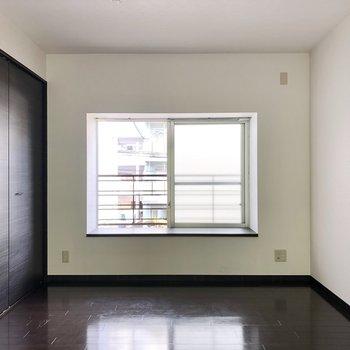 隣の洋室はホテルライクなシックな空間。出窓にはグリーン飾ってもよさそう。