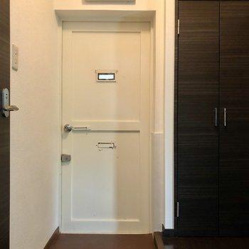 レトロな玄関。昔ながらのドアアイや郵便受け部分〇布などひっかけれそう!