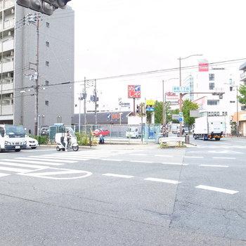 【周辺環境】すぐそばには大きな交差点が。道路沿いにお店が集まっています。