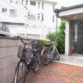 【共用部】自転車はマンションの入り口に停めます。