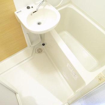 お風呂は2点ユニットバス。木目柄でおだやかな印象。