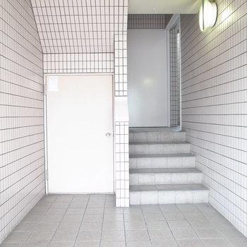 【共用部】エレベーターがない!と思ったら、階段の右奥にありました。