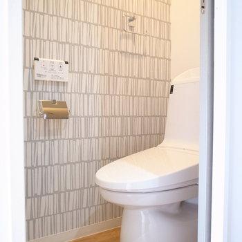 トイレは本棚っぽいクロスです。棚を置くには狭いので、壁面に棚板をつけるのがいいかも。