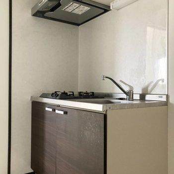 続いてキッチン。右隣に冷蔵庫がおけますよ。※写真は通電前・一部フラッシュを使用して撮影しています