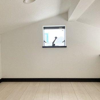 ロフトには小窓が有ります。