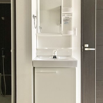 キッチンの背面には洗面台が有ります。※写真は通電前・一部フラッシュを使用して撮影しています
