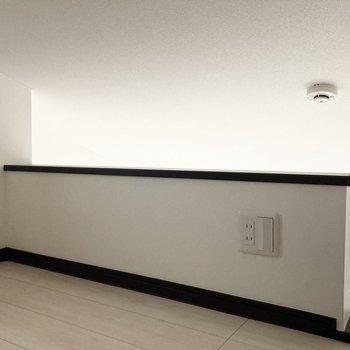 コンセントと電気スイッチも付いています。