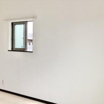 角部屋なのでこちら側には小窓が。