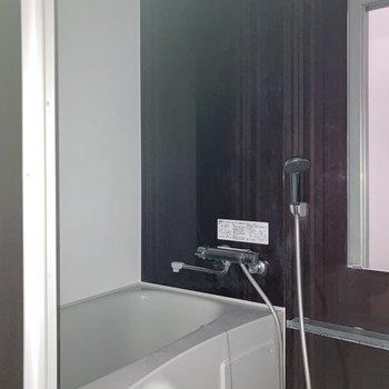 お風呂は浴室乾燥機付きで雨の日もお洗濯ができます。※写真は通電前・一部フラッシュを使用して撮影しています