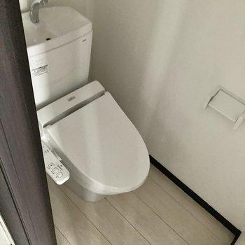トイレは温水洗浄便座付き。※写真は通電前・一部フラッシュを使用して撮影しています