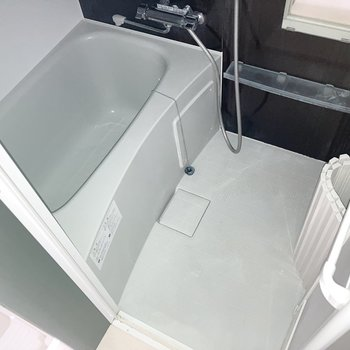 体を洗うスペースもしっかり有りますね。※写真は通電前・一部フラッシュを使用して撮影しています