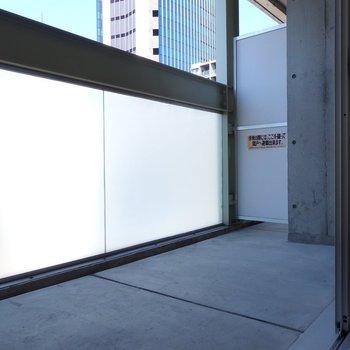 バルコニーはすりガラスになっていてプライバシーも採光も確保!(※写真は8階の同間取り別部屋のものです)