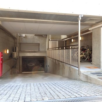 エントランスの横には駐輪場と駐車場が備えられています。