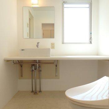 ミニマルな洗面台と窓から注ぐ光がクリーンな印象……!(※写真は8階の同間取り別部屋のものです)