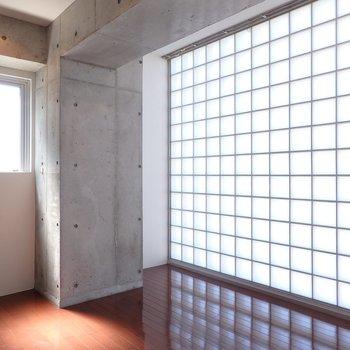 キッチンスペースの北側には幻想的なガラスタイル。(※写真は8階の同間取り別部屋のものです)