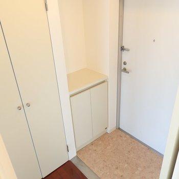 玄関のシューズボックスもたっぷりと。(※写真は8階の同間取り別部屋のものです)