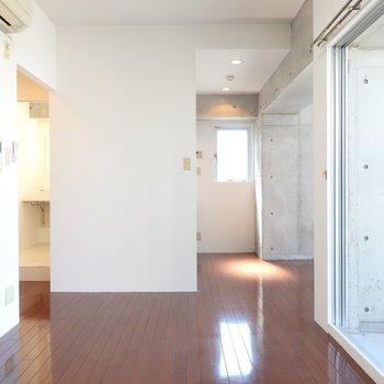 洋室は10.7帖。寝食の空間がゆるりと仕切られています。(※写真は8階の同間取り別部屋のものです)