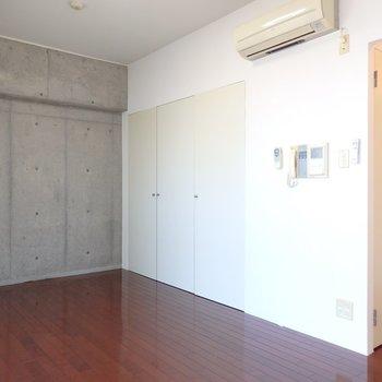 反対側の居室スペースにもコンクリ。ベッドはこちらかな。(※写真は8階の同間取り別部屋のものです)