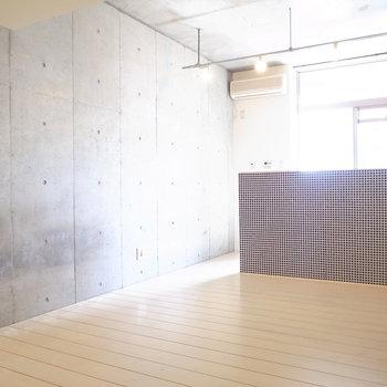 壁はむき出しのコンクリート、床は塗装された無垢材ですよ!