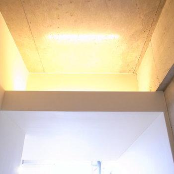 廊下の天井近くには間接照明があり、