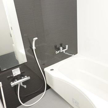 お風呂はキッチンと同じテイスト。よく安らげそうだ。(※写真は2階の同間取り別部屋のものです)
