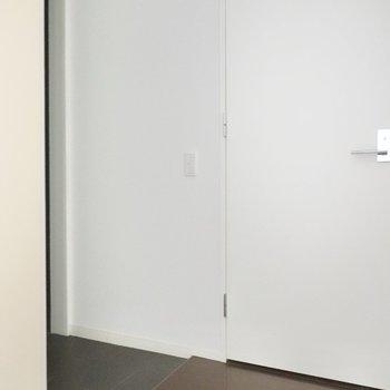 右がトイレのドア。左手が玄関です。(※写真は2階の同間取り別部屋のものです)