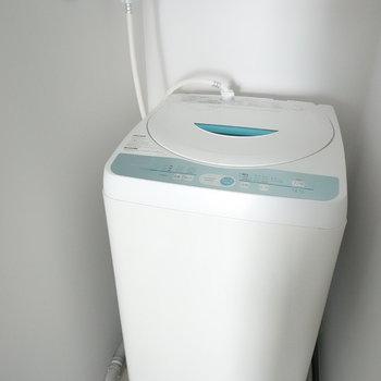 洗面台右手に洗濯機置場が。(※写真は2階の同間取り別部屋のものです)