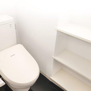 トイレは棚付きで収納力もあります。(※写真は2階の同間取り別部屋のものです)