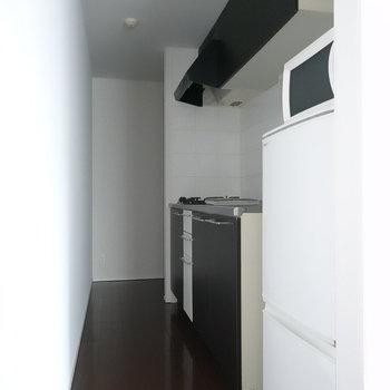 キッチンはシックな印象。(※写真は2階の同間取り別部屋のものです)