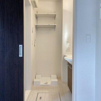 居室からサニタリーへ。洗濯機置き場が見えますね。