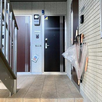 玄関前共用部。正面のブラックのドアが今回のお部屋です。