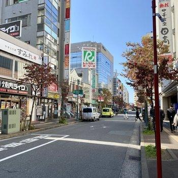 駅までの道中。いろんなお店が並んでいます。